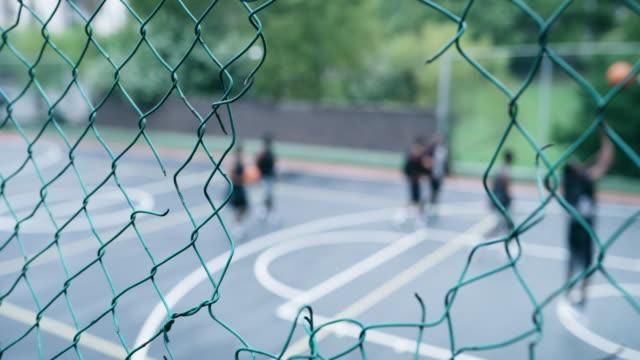 Uma quadra de basquete é um mundo próprio.