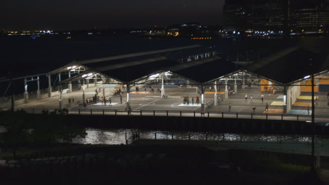 basketball court - new york city - night - establishing shot - summer 2016 - 4k - コート点の映像素材/bロール