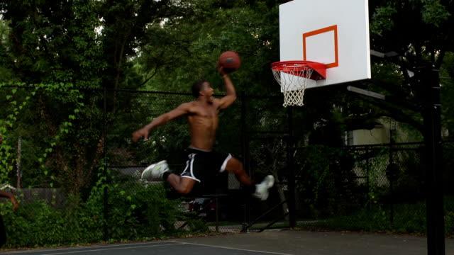 vídeos y material grabado en eventos de stock de dunking basketball montaje - encestar
