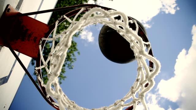 hd super slow-motion: cascate di basket in un cerchio - tirare la palla video stock e b–roll