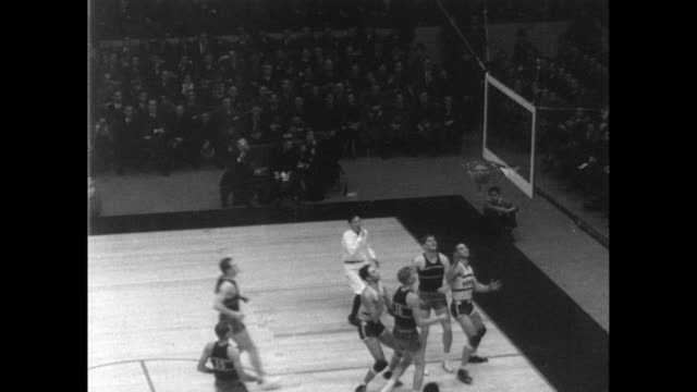 / basketball game in madison square garden / new york university plays ucla golden bears / new york dominates the game winning 41 to 26. california... - 1935 stock-videos und b-roll-filmmaterial