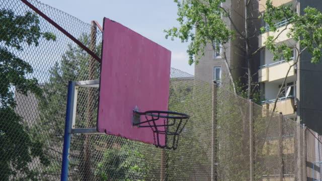 vidéos et rushes de cerceau de basket-ball contre la barrière - streetball