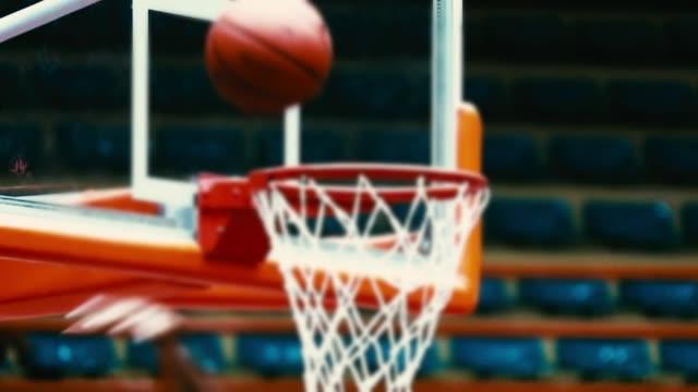vídeos y material grabado en eventos de stock de básquetbol en hoop, cámara lenta - canasta de baloncesto