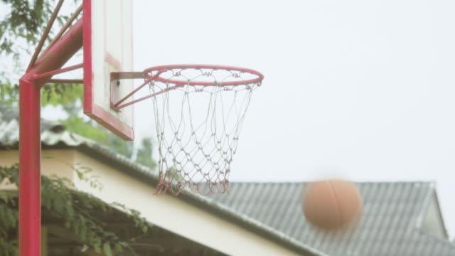 vídeos de stock, filmes e b-roll de falta o aro de basquete - derrota