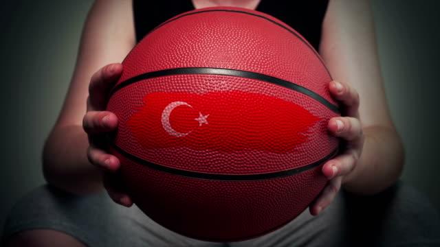 vidéos et rushes de basket-ball peint avec le drapeau turc - drapeau turc