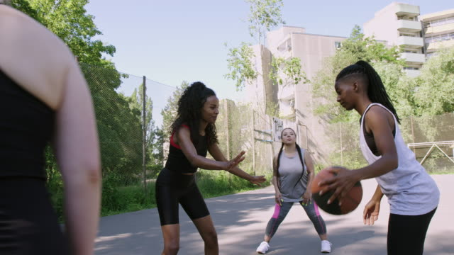 vidéos et rushes de joueur de basket-ball défendant l'adversaire pendant le match - streetball