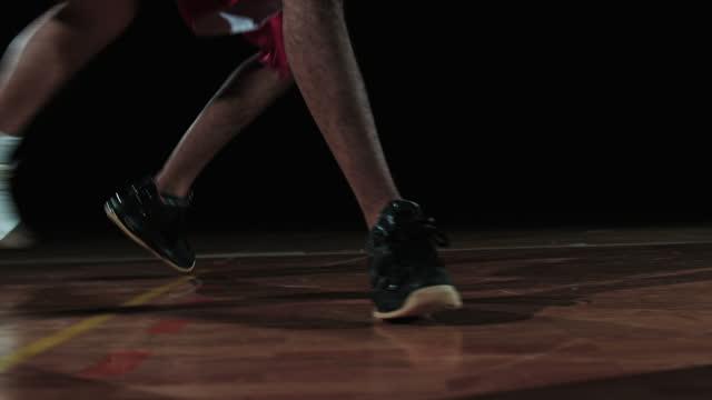 slo mo のバスケットボール選手 opponents ドリブル 2 - バスケットボールのボール点の映像素材/bロール