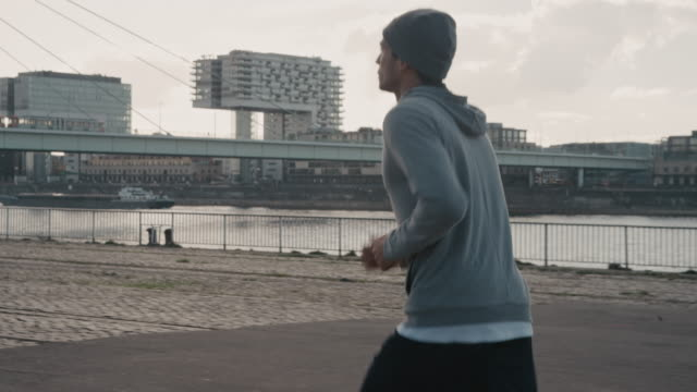 stockvideo's en b-roll-footage met basketballer joggen op weg in de stad - shaky