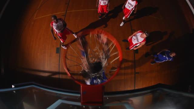 vídeos y material grabado en eventos de stock de a basketball player lays the ball up for his teammate to slam dunk. - mate técnica de vídeo