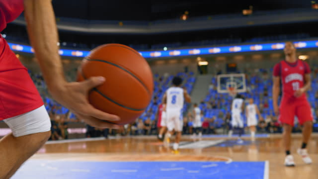 vidéos et rushes de slo mo basketball player passing the ball in the game - panier