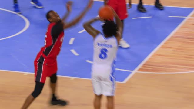 vídeos de stock e filmes b-roll de basketball player scoring a jump shot for the home team - fintar desporto