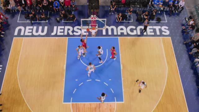 vídeos y material grabado en eventos de stock de aerial basketball player scoring a jump shot in the game - ubicación de película fuera de los estados unidos