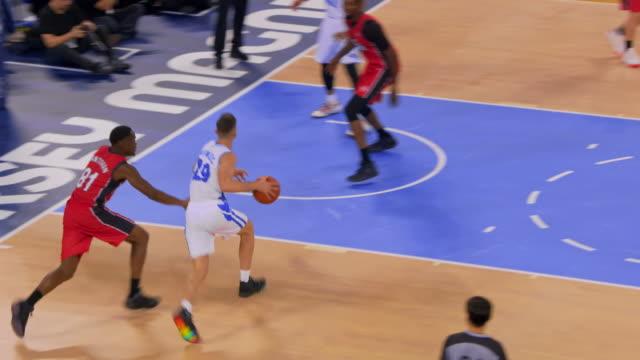 vídeos y material grabado en eventos de stock de basketball player scoring a layup shot in the game - bandeja