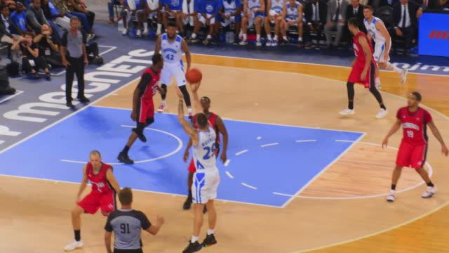 basketball player scoring a three point shot in the game - game show bildbanksvideor och videomaterial från bakom kulisserna
