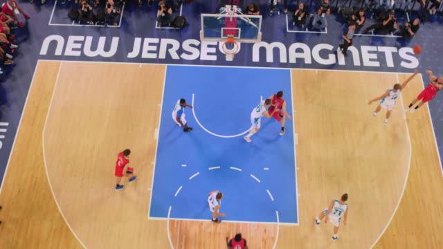 vídeos y material grabado en eventos de stock de aerial basketball player scoring from three-point line - ubicación de película fuera de los estados unidos
