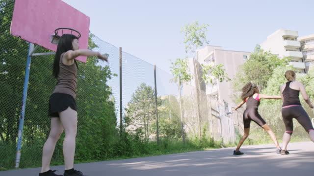 vidéos et rushes de joueur de basket-ball marquant le but pendant le match - streetball