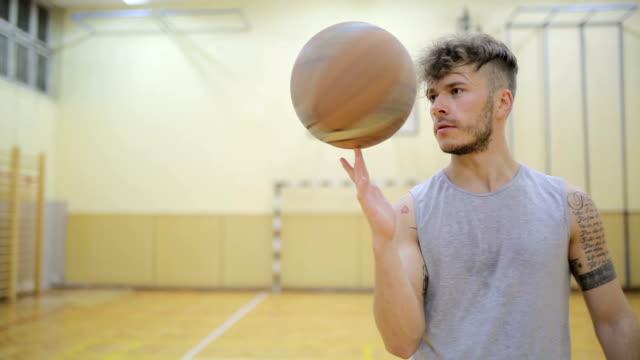 Basketball-Spieler einen ball drehen