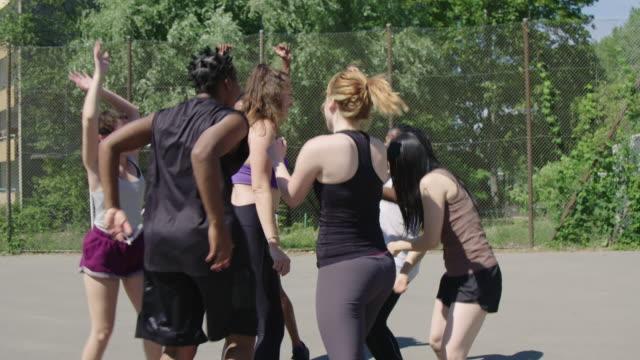 vidéos et rushes de joueurs de basket-ball célébrant la victoire sur le terrain de sport - streetball