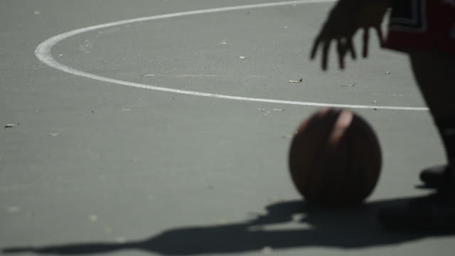 vidéos et rushes de cu ecu r/f of basketball players feet as they play and dribble and shoot the basketball. - joueur de basket ball