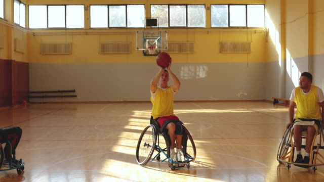 vídeos de stock, filmes e b-roll de jogadores de basquetebol na cadeira de rodas com sofá na prática do basquetebol do pará - treinador