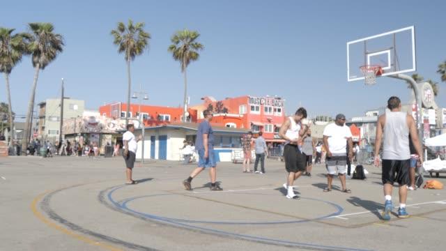 vídeos y material grabado en eventos de stock de basketball players on venice beach, santa monica, los angeles, california, united states of america, north america - santa monica los ángeles