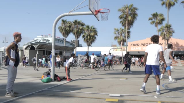 basketball players on venice beach, santa monica, los angeles, california, united states of america, north america - santa monica los angeles video stock e b–roll