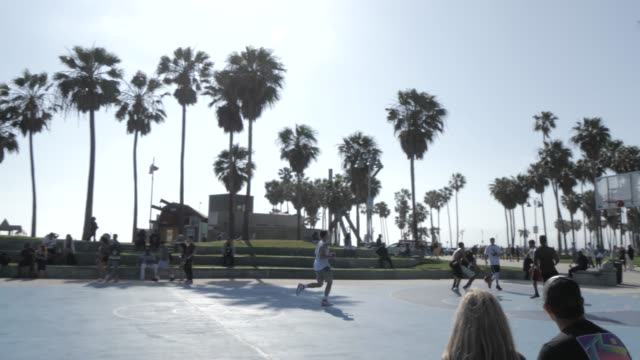 vídeos de stock, filmes e b-roll de basketball players on venice beach, santa monica, los angeles, california, united states of america, north america - court