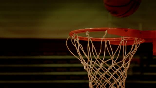 vídeos y material grabado en eventos de stock de la práctica de básquetbol layup bola en aro acercamiento - bandeja