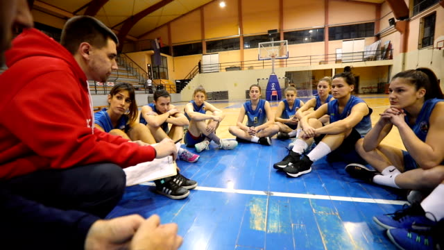 vídeos de stock, filmes e b-roll de reunião de estratégia de basquete - treinador
