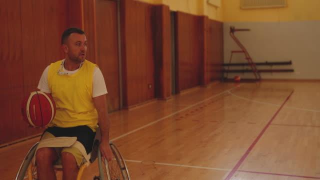 vídeos y material grabado en eventos de stock de entrenamiento de baloncesto para jugadores en sillas de ruedas - jugador de baloncesto