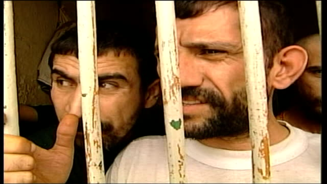 vídeos y material grabado en eventos de stock de british run prison opens doors to cameras itn iraq basra prisoners talking thru bars at british run prison int cms neely along with gareth davies who... - basra