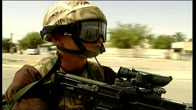 vídeos y material grabado en eventos de stock de british troops fear violence itn iraq basra british soldier running along road holding gun bv british soldier running towards iraqis on street ls red... - basra