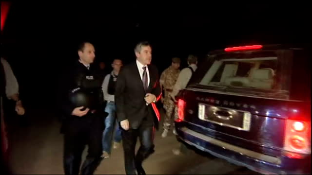 vídeos y material grabado en eventos de stock de gordon brown visits british troops ext / night gordon brown away from military aircraft on runway and to waiting car gordon brown shaking hands and... - basra