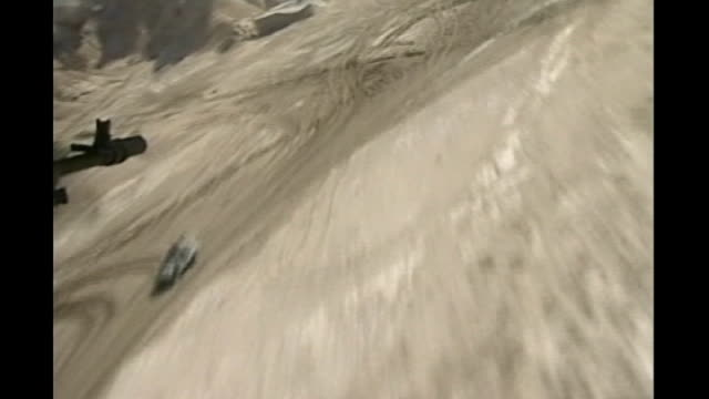 vidéos et rushes de three british soldiers killed date from british military helicopter as flying over desert convoy british troop salong desert road towards waiting... - bassora