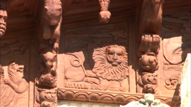 a bas-relief of a lion decorates the hearst castle. - basrelief stock-videos und b-roll-filmmaterial