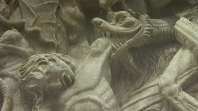 bas-relief statues depict humans in hellish torment on the facade of the orvieto cathedral. available in hd. - basrelief stock-videos und b-roll-filmmaterial