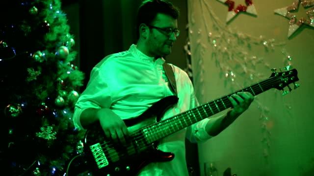 vídeos de stock, filmes e b-roll de bass guitarrista. - guitarist