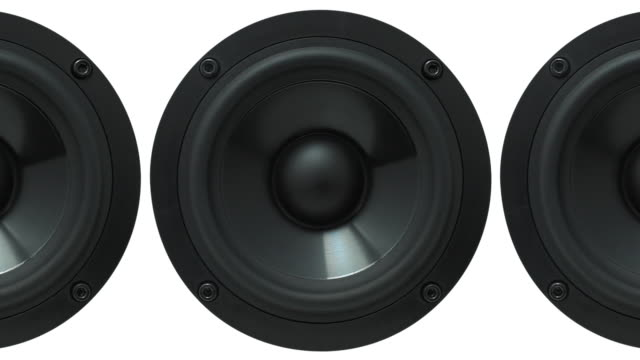 vídeos de stock, filmes e b-roll de cu bass speakers pulsating / berlin, germany - enfoque de objeto sobre a mesa