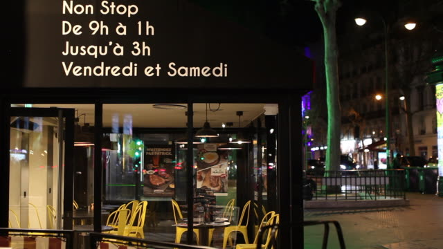 bastille district, bar after the exceptional closing at midnight. paris march 14, 2020. after french prime minister edouard philippe announced that... - バスティーユ点の映像素材/bロール