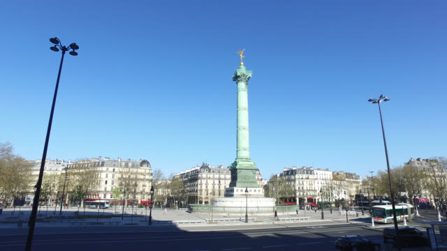 vídeos de stock, filmes e b-roll de bastille square with no traffic with a few people walking on april 05 2020 in paris france the country is issuing fines for people caught violating... - bastille