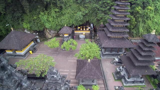 vídeos de stock e filmes b-roll de bat cave temple - pura tanah lot