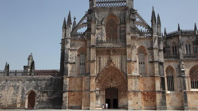 batalha monastery (mosteiro de santa maria da vitoria de batalha), church's facade - leiria district stock videos & royalty-free footage