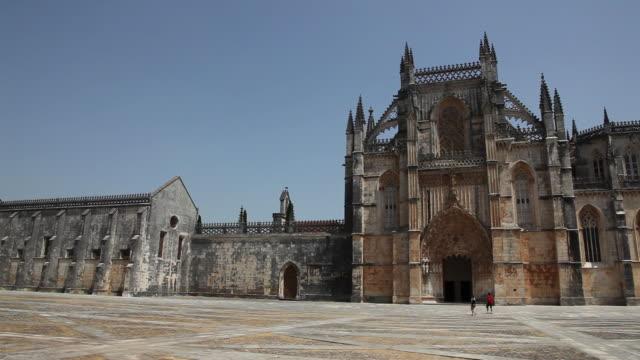 batalha monastery (mosteiro de santa maria da vitoria de batalha), church's facade - monastero video stock e b–roll