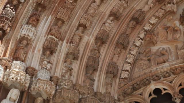 vídeos de stock e filmes b-roll de batalha monastery (mosteiro de santa maria da vitoria de batalha), church's main door, tympanum and archivolts - frontão triangular
