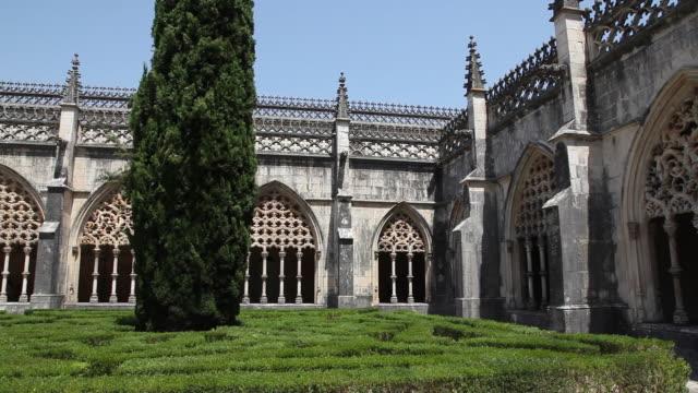 batalha monastery (mosteiro de santa maria da vitoria de batalha), decorations in the cloister of king jao i - leiria district stock videos & royalty-free footage