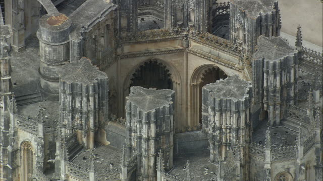 aerial cu zo ws batalha monastery exterior / batalha, leria, portugal - monastero video stock e b–roll