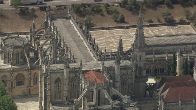 aerial ws zo batalha monastery exterior / batalha, leria, portugal - monastero video stock e b–roll