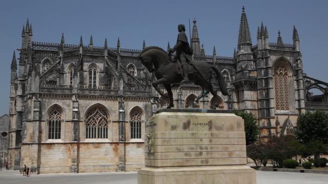batalha monastery (mosteiro de santa maria da vitoria de batalha), statue of nuno alvares pereira, batalha , portugal - leiria district stock videos & royalty-free footage