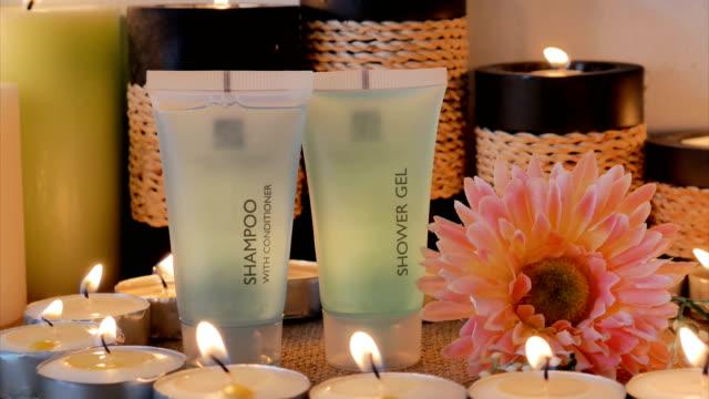 vídeos de stock e filmes b-roll de bath set with candle - porta sabonete líquido
