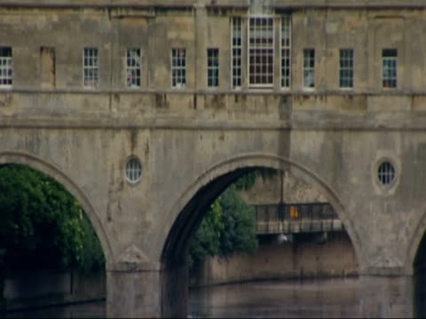 bath, somerset; boat along river with historic pulteney bridge in background / closeup on pulteney bridge - pulteney bridge stock videos & royalty-free footage